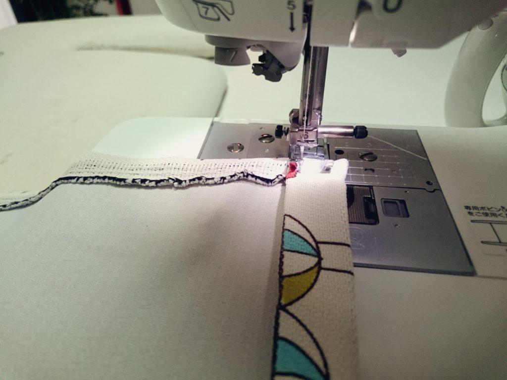 カーテンの裾を縫う