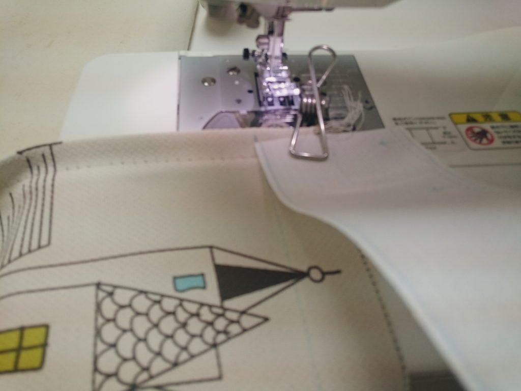 テープと布を表から縫う